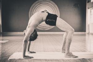 benefícios do yoga  urdhva dhanurasana ou chakrasana